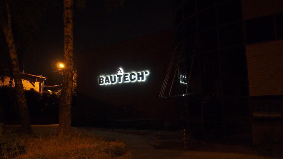 Litery podświetlane na ścianie budynku