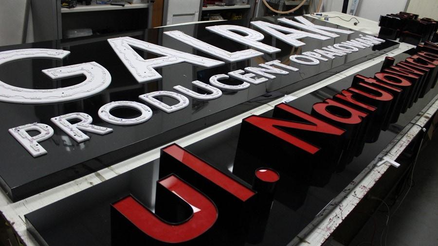 litery podświetlane na ścianie hali