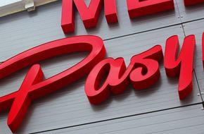 litery przestrzenne na scianie hali