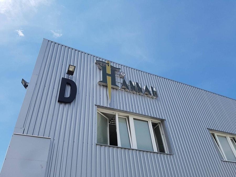 Logo przestrzenne na siedzibie firmy