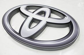 Toyota - logo przestrzenne ze styroduru