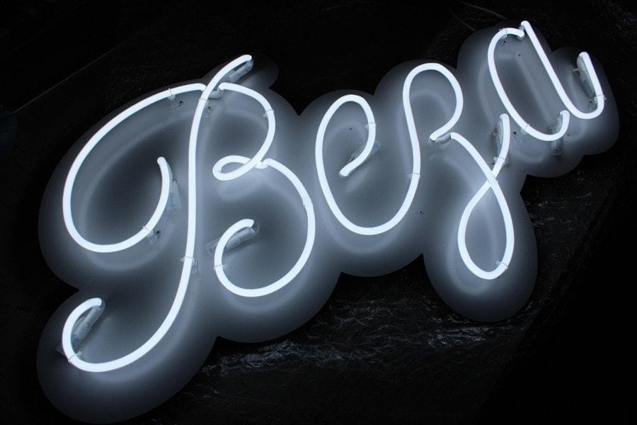 Biały neon jako logo kawiarni