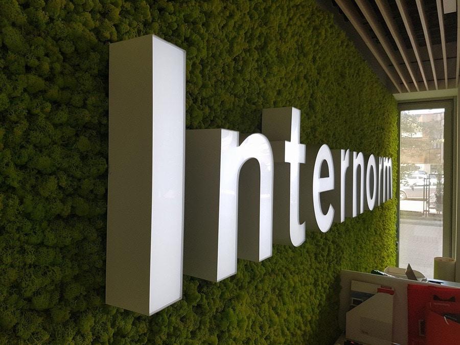 nietypowe logo firmy na ścianie biura