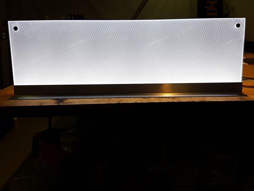 Dwustronny stand reklamowy podświetlany przeznaczony do ekspozycji na górze regału