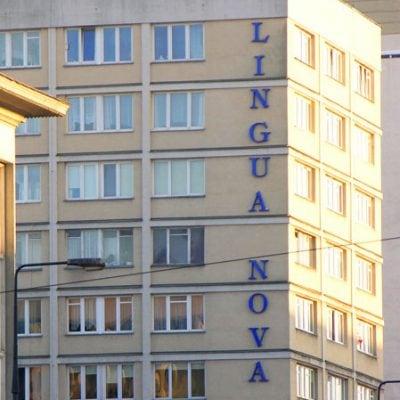 Litery przestrzenneze styroduru umieszczona na zewnątrz budynku