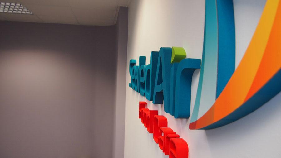Litery przestrzenne na ścianie biura