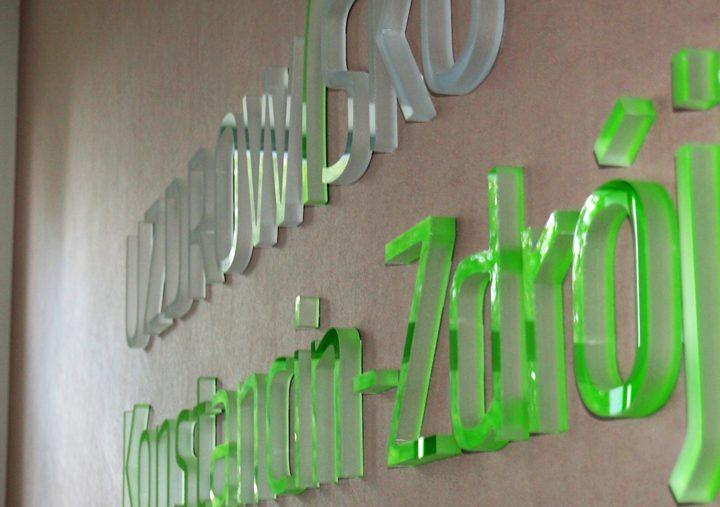 Logo przestrzenne w sali konferencyjnej