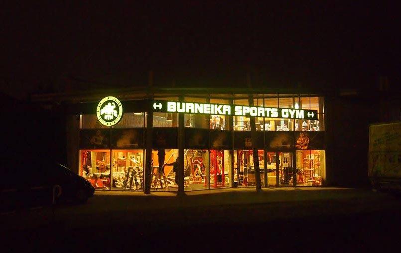 Podświetlany kaseton reklamowy na budynku