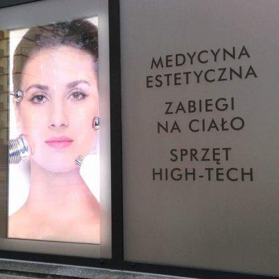 Lightbox w witrynie salonu kosmetycznego