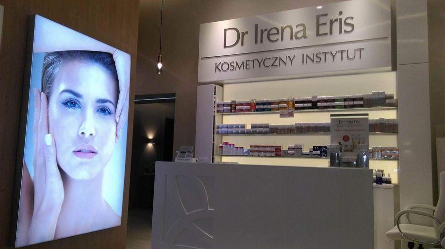 Lightbox umieszczony w witrynie salonu kosmetycznego
