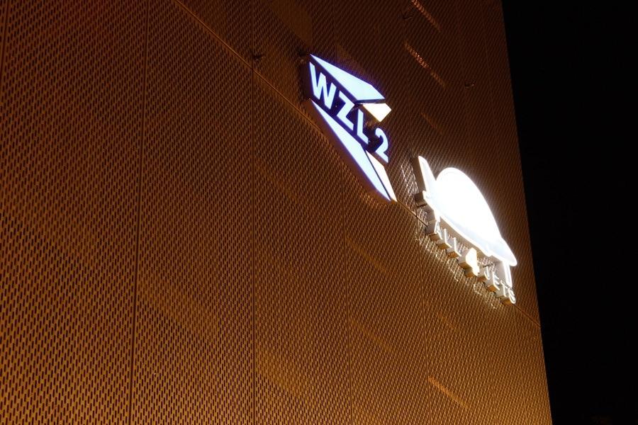 Loga 3d na budynku podświetlane modułami LED.