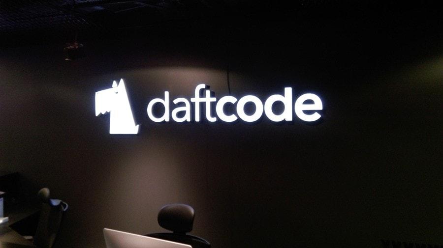 Logo podświetlane w recepcji firmy