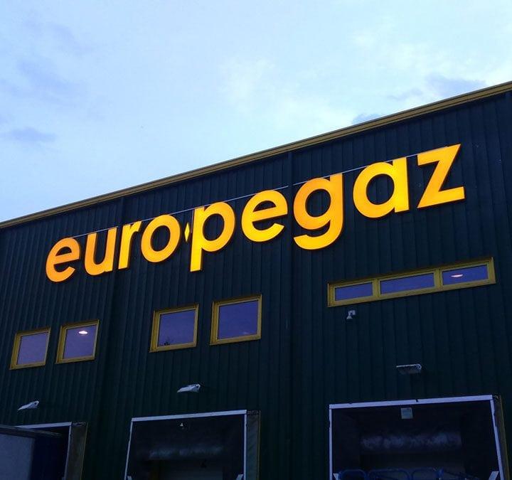 Logo świecące na budynku