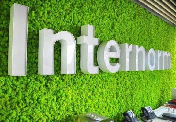 Logo firmy montowane na żywym mchu