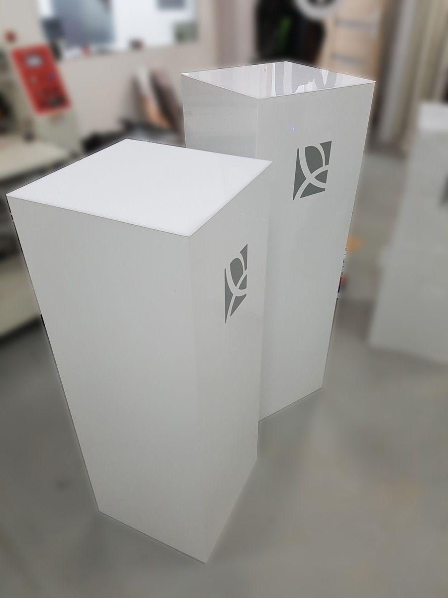 Podesty prezentacyjne wykonane z białego dibondu