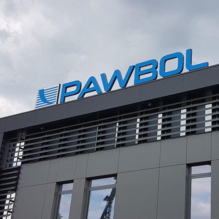 Logo firmy na dachu