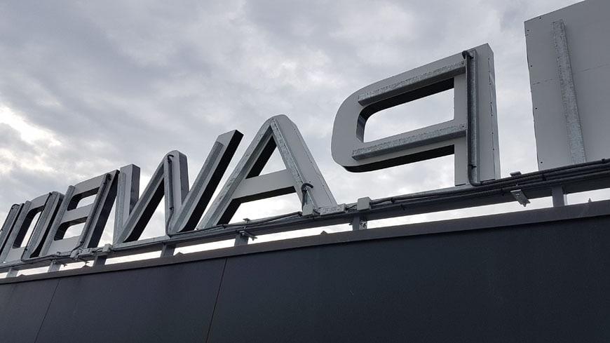 logo przestrzenne na dachu