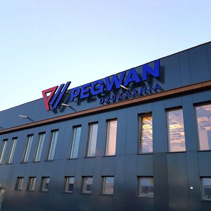 Podświetlane logo na elewacji budynku