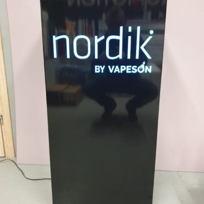 Trybunka prezentacyjna wykonana z dibondu i czarnej pleksy